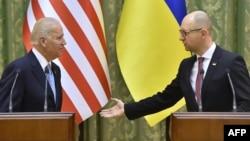 Яценюк (справа) и вице-президент США Байден во время визита в Киев в декабре 2015 года