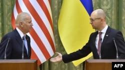 Арсені Яцанюк (справа) і віцэ-прэзыдэнт ЗША Джозэф Байдэн падчас візыту ў Кіеў у сьнежні 2015 году