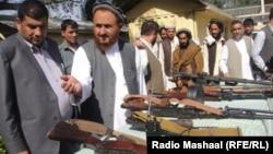 Ауғанстанның Нангархар провинциясында 11 содыр қаруларын өткізіп, өз еріктерімен үкіметке берілді. 27 қазан 2013 жыл.