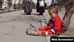 Әлеуметтік желілерде жарияланған сурет. Өзбекстанда қайыр сұрап отырған бала. 25 маусым 2013 жыл.