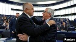 Жан-Клод Юнкер заяви в началото на мандата си, че ако България и Румъния изпълнят препоръките, Комисията ще предложи сваляне на наблюдението преди края на 2019 г.