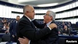 Jean-Claude Juncker, președintele Comisiei Europene, salutîndu-l pe premierul Borisov