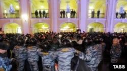 Poliţia în acţiune la protestul din faţa Dumei oraşului Sankt-Petersburg