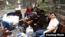 Санкт-Петербург әуежайында отырған тәжік мигранттары (Көрнекі сурет).