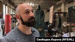 Скулпторът Андрей Врабчев в ателието си.