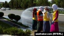 Мары қаласында көше тазалап жүрген әйелдер. Түркіменстан, 2020 жылғы қараша айы.
