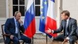 Президент Росії Володимир Путін та президент Франції Емманюель Макрон (зліва направо) під час зустрічі на території форту Брегансон, офіційної резиденції президента Франції на півдні країни. 19 серпня 2019 року