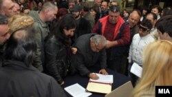 """Граѓани го потпишуваат """"Манифестот на Македониумот""""."""