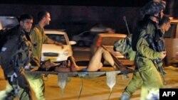اسرائیل فلسطینی زخمی را به بیمارستان منتقل می کنند. (عکس: AFP)