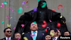 Президент Монголии Цахиагийн Элбэгдорж (в центре) на праздновании по случаю его переизбрания. Улан-Батор, 27 июня 2013 года.