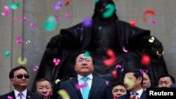 Цахіаґійн Елбеґдордж (ц) із урядовцями святкує перемогу, Улан-Батор, 27 червня 2013 року