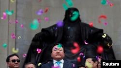 Цахиагийн Элбэгдорж (ортодо) кайра президент шайланганын өз штаб мүчөлөрү менен майрамдашууда. Улан Батор, 27-июнь 2013