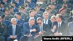 Прем'єр-міністр Росії Дмитро Медведєв разом із президентом Сербії Александром Вучичем в аеропорту Белграда дивляться на показові виступи військових «Свобода-2019», Сербія, 19 жовтня 2019 року