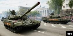 Танки бойовиків угруповання «ДНР» на вулицях Донецька. Травень 2016 року