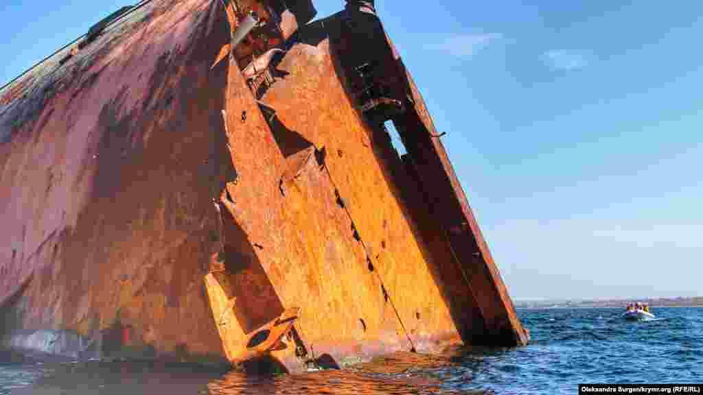 Через вісім років корабель перетворився на купу іржавого заліза, що стирчить із води