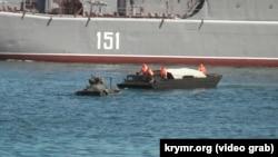 Бронетранспортер, що заглох у Севастопольській бухті