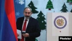"""""""Mening qadamim"""" alyansidan nomzod Nikol Pashinyan ovoz bermoqda, 9 dekabr, 2018 yil."""