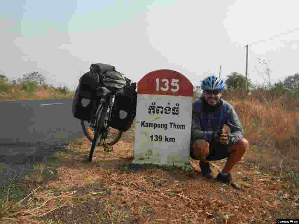 Велосаяхатшы Мағжан Сағымбаевтың Оңтүстік-Шығыс Азиядағы Камбоджа елінде жүрген сәті.