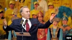 Президент Нурсултан Назарбаев приветствует своих сторонников в день объявления итогов выборов, на которых он набрал 91% голосов избирателей. Астана, 5 декабря 2005 года.