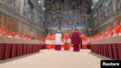 Кардинали заходять до Сикстинської капели у Ватикані, 12 березня 2013 року