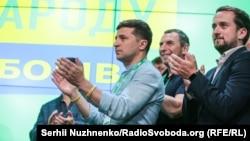 Володимир Зеленський святкує оголошення результатів екзит-полів про перемогу його партії, Київ, 21 липня 2019 року