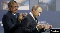 Президент РФ Владимир Путин с главой ВТБ Андреем Костиным, 13 октября 2013