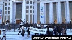 """Жильцы комплекса """"Махаббат"""" проводят акцию протеста у генеральной прокуратуры. Астана, 18 декабря 2013 года."""