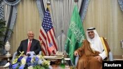 Рекс Тиллерсон Сауд Аравиянын тышкы иштер министри Адел ал-Жубеир менен. Жидда, 12-июль, 2017-жыл.