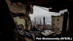 Разрушенная квартира в Дебальцеве. Апрель 2015 года.