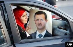 Сирия президенті Башар Асадты қолдайтын әйел оның суретін ұстап отыр. Дамаск, 11 қыркүйек 2013 жыл.