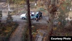 Жалобщиков из Самарканда увозят в отделение милиции.