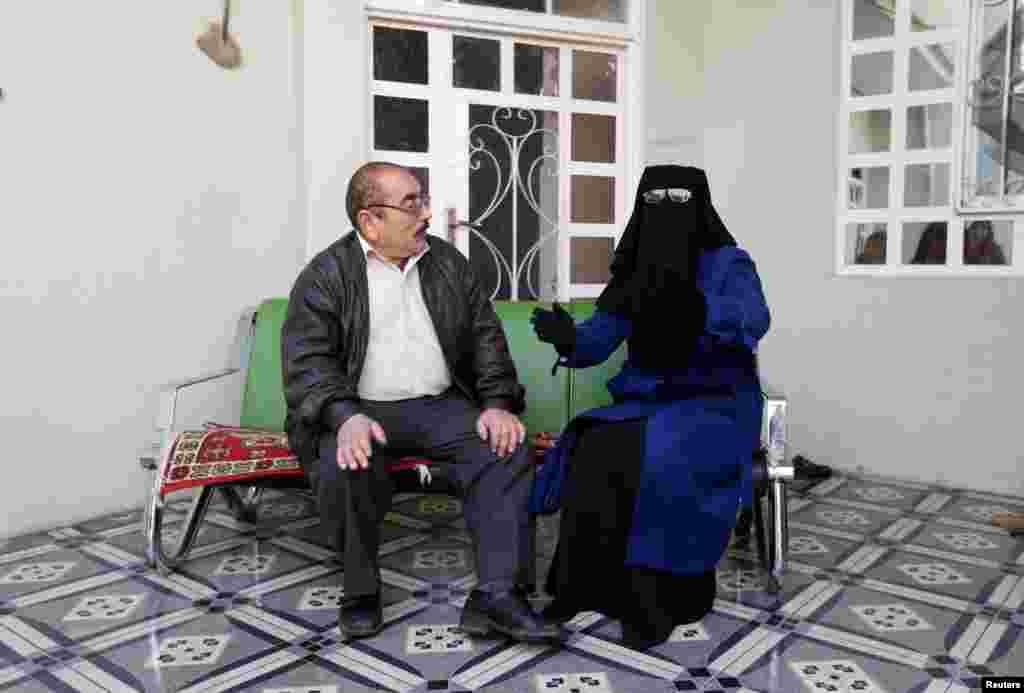 """Бездетная пара Абу Ахмед и Умм выкупили мальчика из """"приюта"""" ИГИЛ за $500. Они научили его арабскому языку и основам ислама. Езиды говорят на диалекте курдского языка и исповедуютсвою веру, которая сочетает в себе элементы зороастризма, христианства и мусульманства: и шиизма, и суннизма. Поэтому в """"Исламском государстве"""" считают, что езиды поклоняются дьяволу. На фото – Абу Ахмед и его жена Умм."""