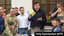Міхеїл Саакашвілі під час вручення йому протоколу про адмінпорушення, Львів, 12 вересня 2017 року