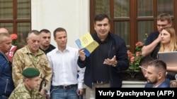 Fostul președinte georgian Mihail Saakașhvili la Lvov unde poliția ucraineană i-a înmânat actul de acuzare, 12 septembrie 2017