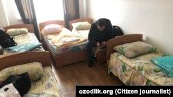 В детском лагере в Чирчике возвращенных на родину узбекистанцев разместили по 5 человек в одной комнате.