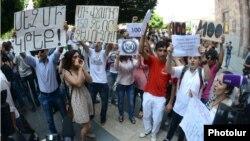 Акция протеста перед зданием правительства, Ереван, 25 июля 2013 г.