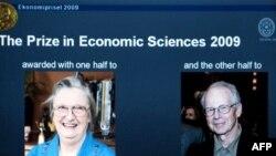 الیور ویلیامسون (راست) و النور استروم، برندگان جایزه نوبل اقتصاد سال ۲۰۰۹