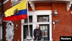 Julian Assange Ekvador səfirliyinin eyvanında çıxış edir