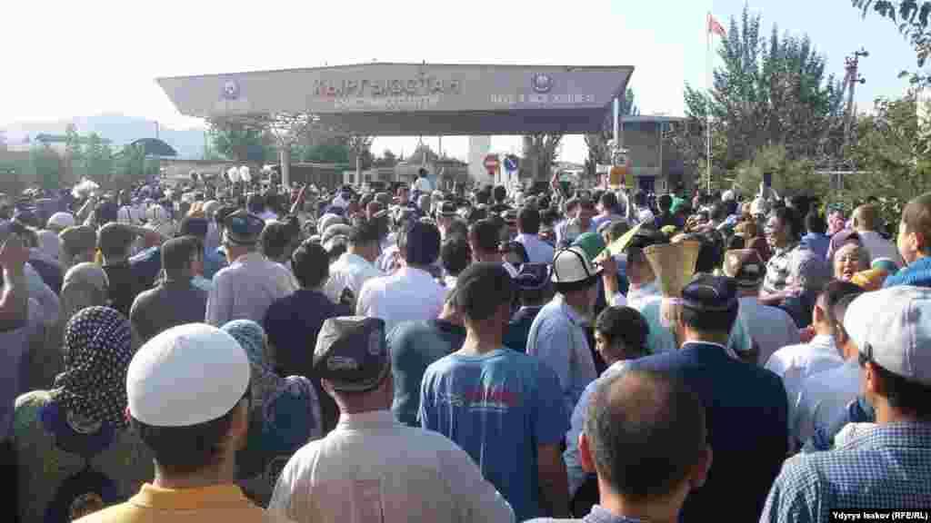 Официальные лица Кыргызстана и Узбекистана заявили, что границы будут открыты благодаря соглашению, достигнутому президентами двух стран в рамках государственного визитаглавы Узбекистана Шавката Мирзияева в Кыргызстан. Он находился с визитом в Бишкеке 5 и 6 сентября.