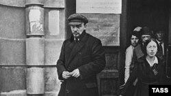 Владимир Ленин и Надежда Крупская (справа на заднем плане), 1918 год