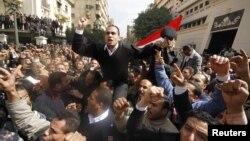 Египетте президент Хосни Мүбәрәктің биліктен кетуін талап еткен шерушілер. Каир, 14 ақпан 2011 жыл.