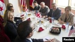 Гілларі Клінтон зустрілася також і з лідерами грузинської опозиції, яким пообіцяла, що США стежитимуть за парламентськими виборами в жовтні, Батумі, 5 червня 2012 року
