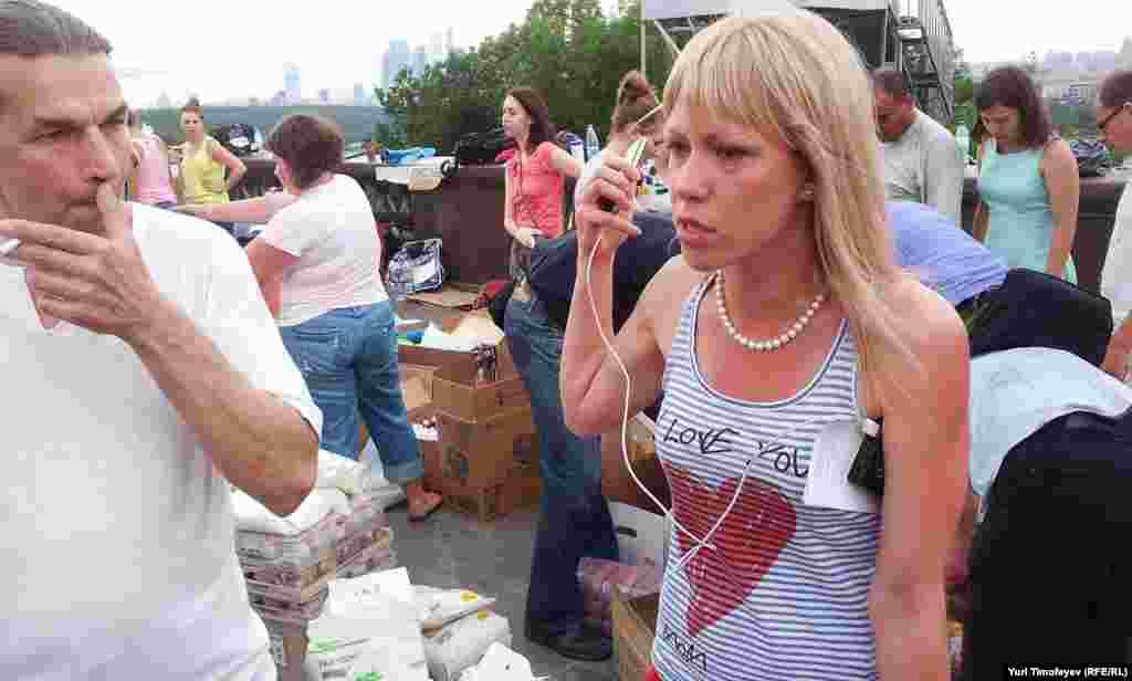 Подследственная по делу о беспорядках на Болотной 6 мая 2012 Мария Баронова координирует действия волонтеров на Воробьевых горах.
