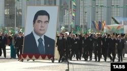 Türkmənistan prezidentinin böyük portreti ictimai tədbirlərdən birində, 27 oktyabr 2007