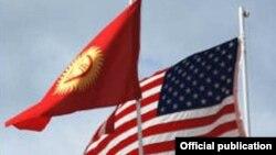 Флаги Кыргызстана и США.