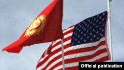 Кыргызстан жана АКШ байрактары