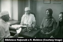 Femei sovietice din mediu rural la control medical