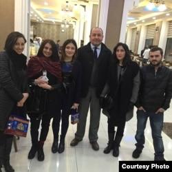 Василь Масхуля (праворуч) зі своїми одногрупницями та викладачем з Туреччини
