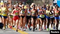 17 апрели соли 2017, гурӯҳи занон дар марафони Бостон ширкат мекунанд