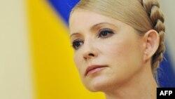 Юлия Тимошенко Россия билан газ келишувни имзолаётиб мансаб ваколятини суиитсеъмол қилганликда айбланиб, етти йилга қамалган.